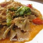 Farfalle di grano arso con broccoli, pomodorini e pane tostato su crema di zucca.