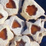 Biscottini in pasta frolla ripieni di marmellata.
