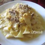 Pappardelle con crema di zucca e gorgonzola e noci tritate.