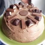 Torta ripiena di crema chantilly ricoperta di ganache al cioccolato montata