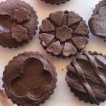 Crostatine di pasta frolla al cacao farcite con crema al cacao.